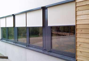 Schulgebäude in L-Hobscheid: Ausführung aussenliegender Sonnenschutz und innenliegende Verdunklungen