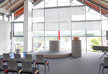 Gemeindezentrum Gusterath: Ausführung des innenliegender Blendschutzes und Teppichbodenarbeiten